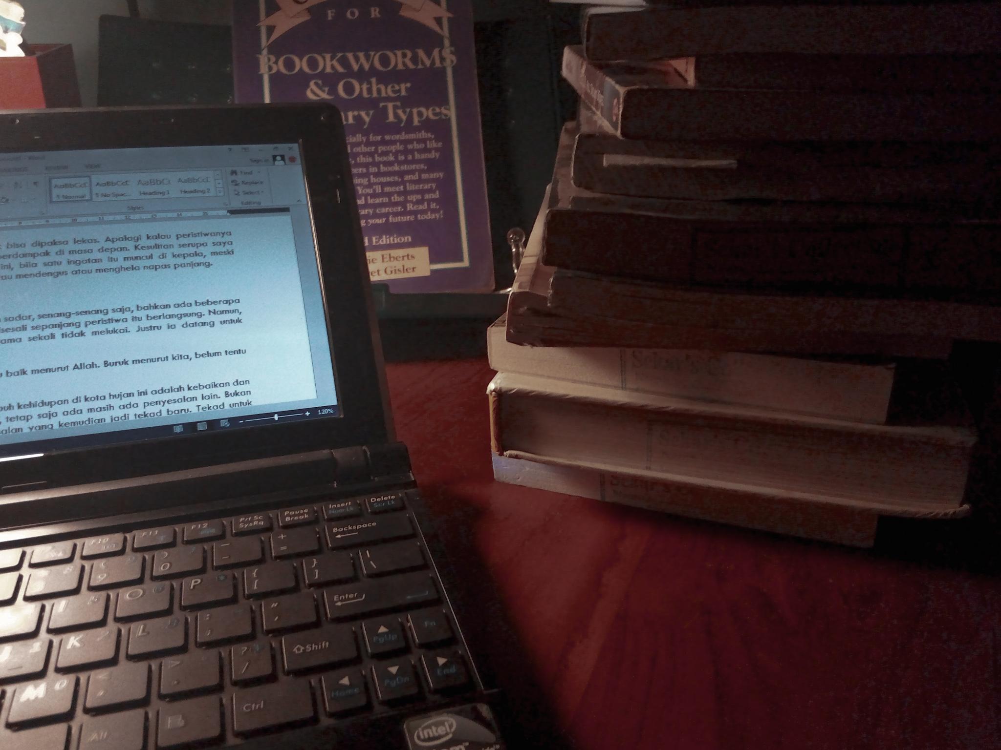 Menulis setiap malam entah itu cerita fiksi atau puisi di laptop bersejarah